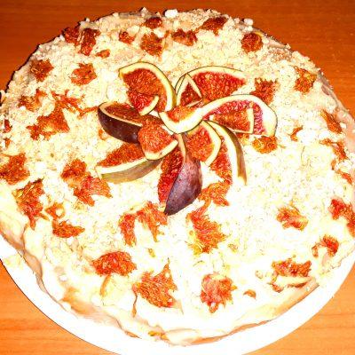 Бисквит с заварным кремом, безе и инжиром - рецепт с фото