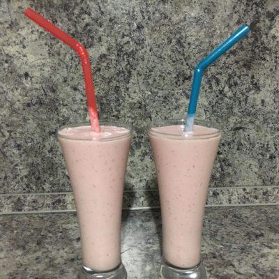 Молочный коктейль с персиком и клубникой - рецепт с фото