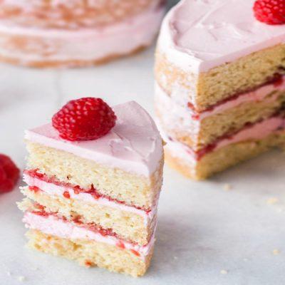 Бисквитный торт с сырным кремом и малиновым джемом - рецепт с фото