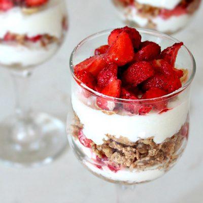 Десерт с клубникой и творогом - рецепт с фото