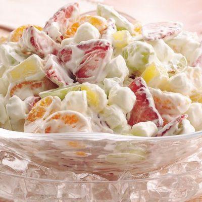Фруктовый салат, заправленный йогуртом - рецепт с фото