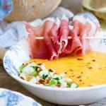 Изысканный крем-суп из дыни и манго с прошутто