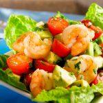 Летний салат с креветками, авокадо и помидорами