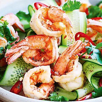 Острый огуречный салат с креветками - рецепт с фото