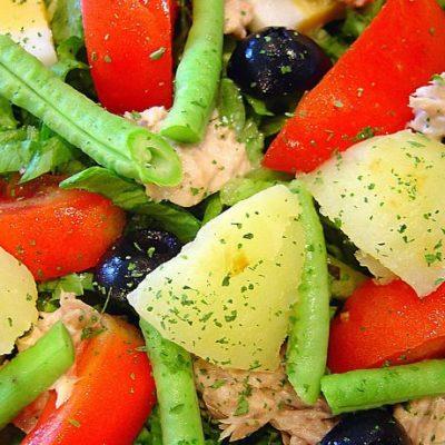 Овощной салат с тунцом и яйцами - рецепт с фото