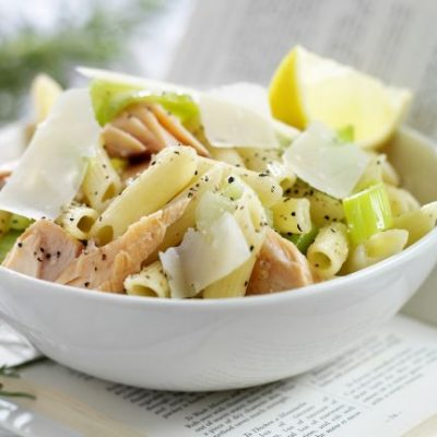 Салат из пасты с лососем и сельдереем - рецепт с фото