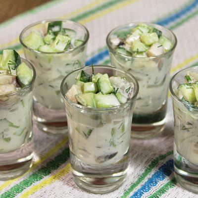 Закуска-салат из свежих огурцов и сельди - рецепт с фото