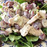 Салат с куриной грудкой, виноградом и сельдереем