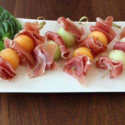 Закуска из дыни и прошутто - рецепт с фото