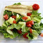 Жареная рыба с овощным салатом