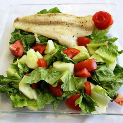 Жареная рыба с овощным салатом - рецепт с фото