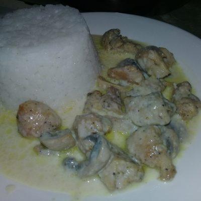 Куриное мясо с грибами в белом соусе - рецепт с фото