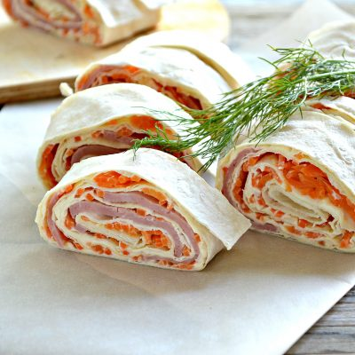 Закусочный рулет из лаваша с корейской морковкой и ветчиной - рецепт с фото
