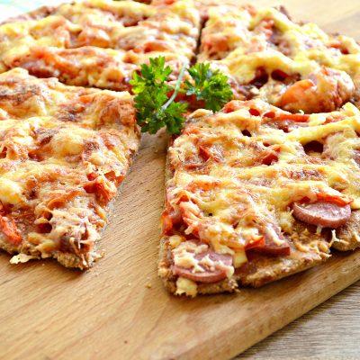 Вкусная пицца с сосисками и копченой колбасой - рецепт с фото