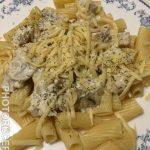 Паста под сливочным соусом с курицей и грибами
