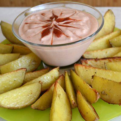 Картофель по-деревенски с соусом - рецепт с фото