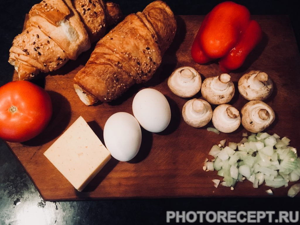 Фото рецепта - Круассаны с яичницей, помидорами и грибами - шаг 1