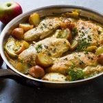 Куриное филе, тушеное с яблоками и картофелем