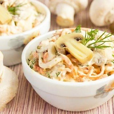 Куриный салат с маринованными шампиньонами и морковкой - рецепт с фото