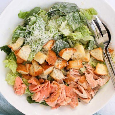 Легкий салат «Цезарь» с семгой - рецепт с фото
