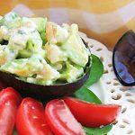 Летний крабовый салат из авокадо с сельдереем и огурцом
