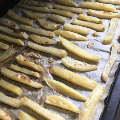 Запеченные картофельные брусочки - рецепт с фото