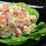 Нежный салат с яйцами, кукурузой и крабовыми палочками