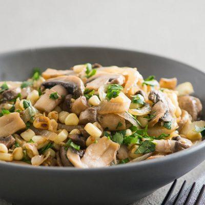 Постный салат с шампиньонами и кукурузой - рецепт с фото