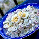 Простой весенний салат из редиса с огурцами, яйцами и зеленью