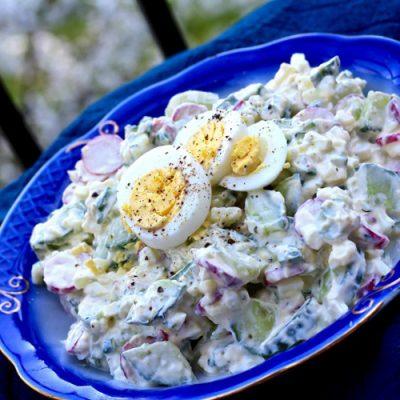Простой весенний салат из редиса с огурцами, яйцами и зеленью - рецепт с фото