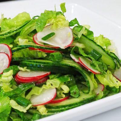 Салат из салата-латука, редиса и зеленого лука - рецепт с фото
