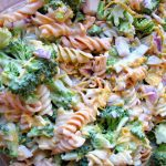 Салат с брокколи, сыром и макаронами