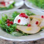 Салат с рукколой, сыром и грушей