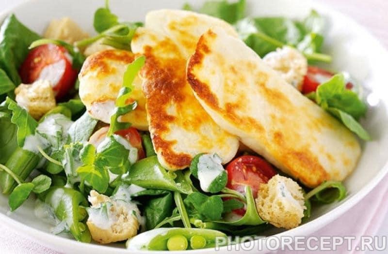 Салат с жареным сыром, горошком  и помидорами