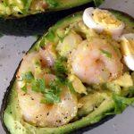 Салат в авокадо с креветками, кальмарами и яйцом