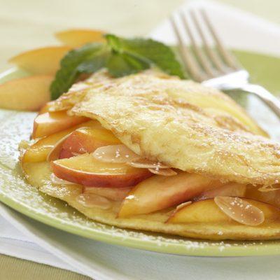 Сладкий омлет с персиками и миндалем - рецепт с фото