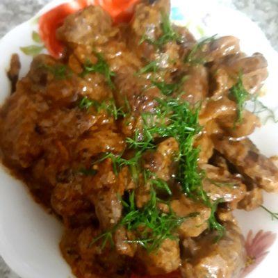 Куриные сердечки тушенные со сметаной и луком - рецепт с фото
