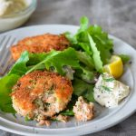 Закуска — крокеты картофельные с зеленью и лососем