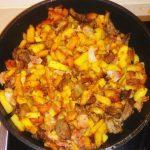 Жареная картошка с паприкой и беконом