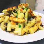 Жареный картофель с грибами и зеленью