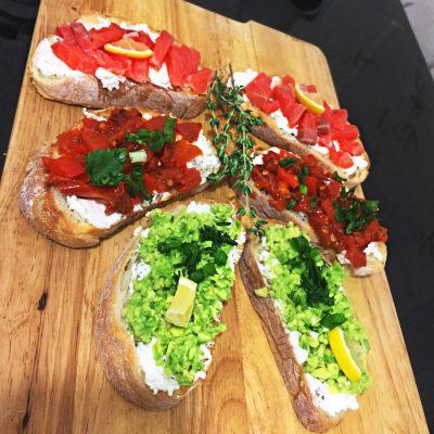 Брускетта с лососем, помидорами и авокадо - рецепт с фото