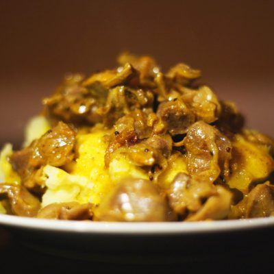 Куриные желудочки тушенные в сметане - рецепт с фото