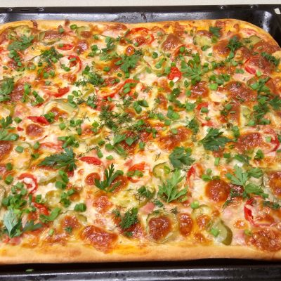 Домашняя пицца с колбасой и сыром - рецепт с фото
