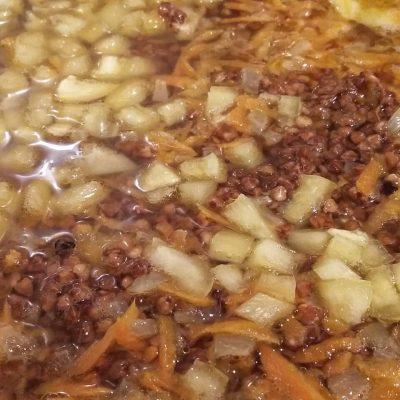 Фото рецепта - Гречка с овощами на сковороде - шаг 3