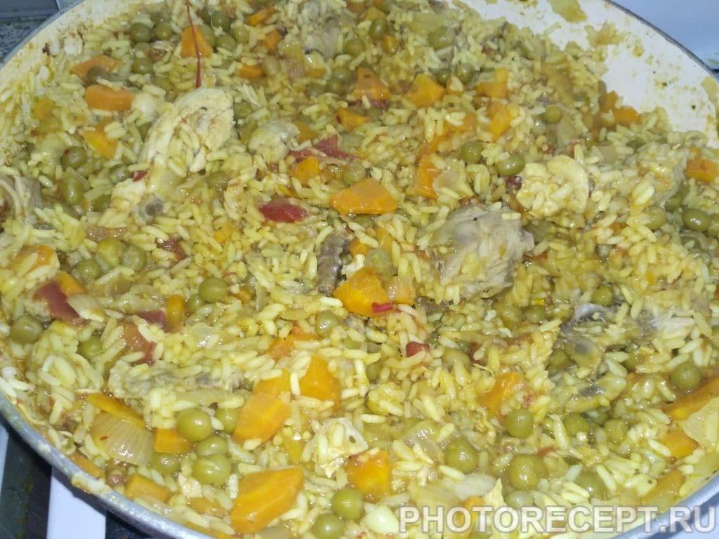 Фото рецепта - Паэлья с курицей и зелёным горошком - шаг 5