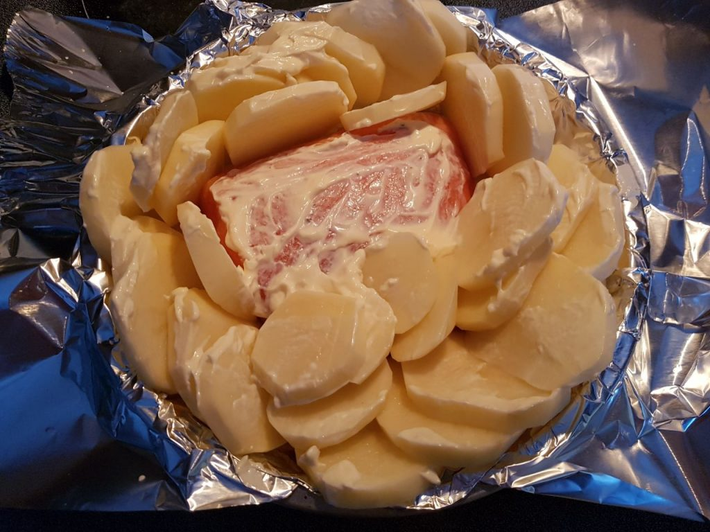Фото рецепта - Красная рыба запеченная с картофелем - шаг 4