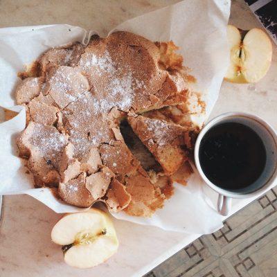 Простой и вкусный яблочный пирог - рецепт с фото