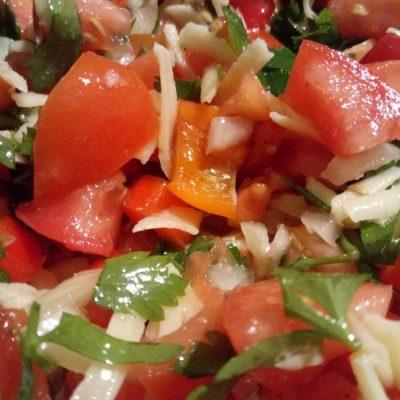 Салат с сыром, помидорами и перцем - рецепт с фото