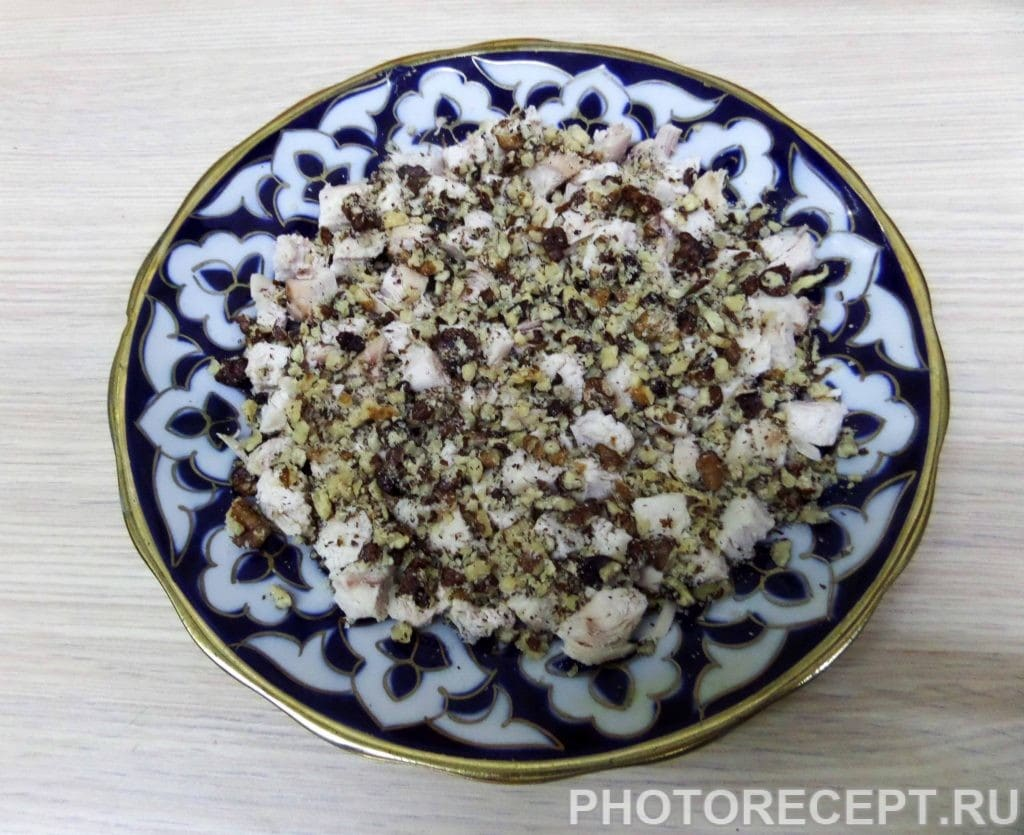 Фото рецепта - Салат с куриной грудкой и грецкими орехами - шаг 7