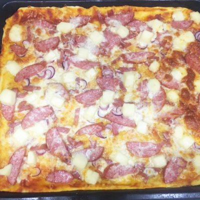 Пицца на тонком тесте с колбасой - рецепт с фото